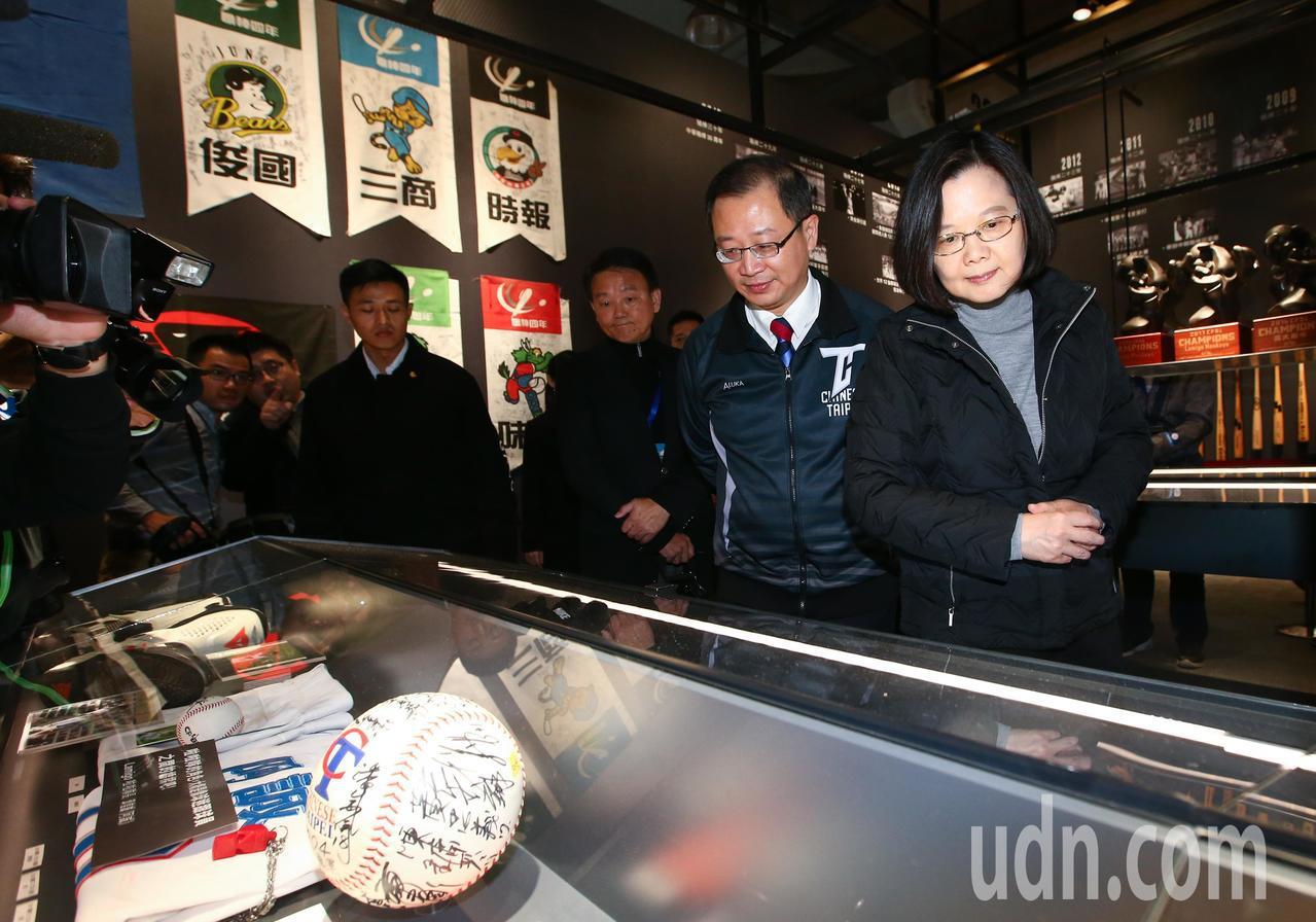 總統蔡英文(右)下午出席中華職棒三十週年特展,呼籲球迷進場看展。記者王騰毅/攝影