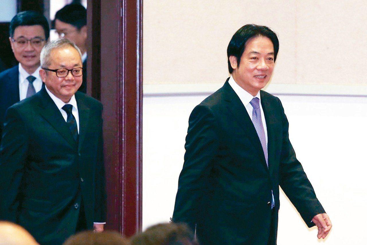 行政院長賴清德(右)上午率副院長施俊吉(左二)舉行年終記者會,被問到去留,他說他...