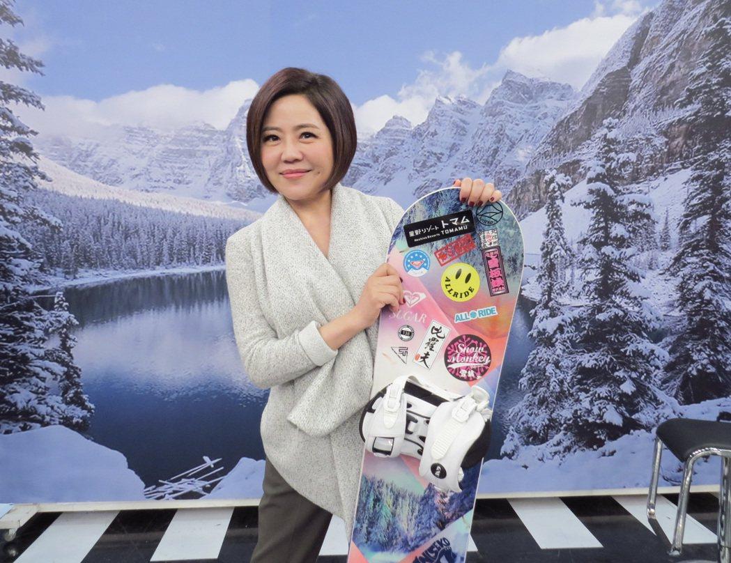 于美人拿著滑雪板分享旅遊經驗。圖/衛視中文台提供