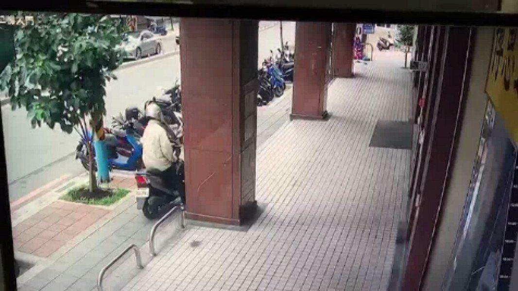 板橋區篤行路3段的陽信銀行今天下午1時許,遭歹徒持槍行搶,得手後騎機車逃逸,板橋...