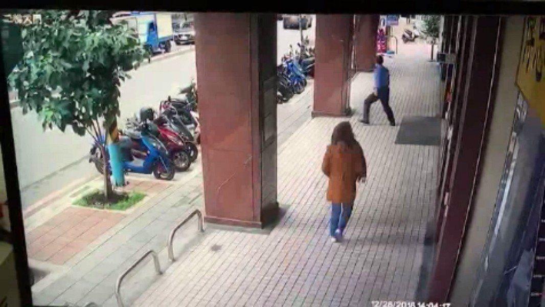 板橋區篤行路3段的陽信銀行今天下午1時許,遭歹徒持槍行搶,得手後騎機車逃逸,銀行...