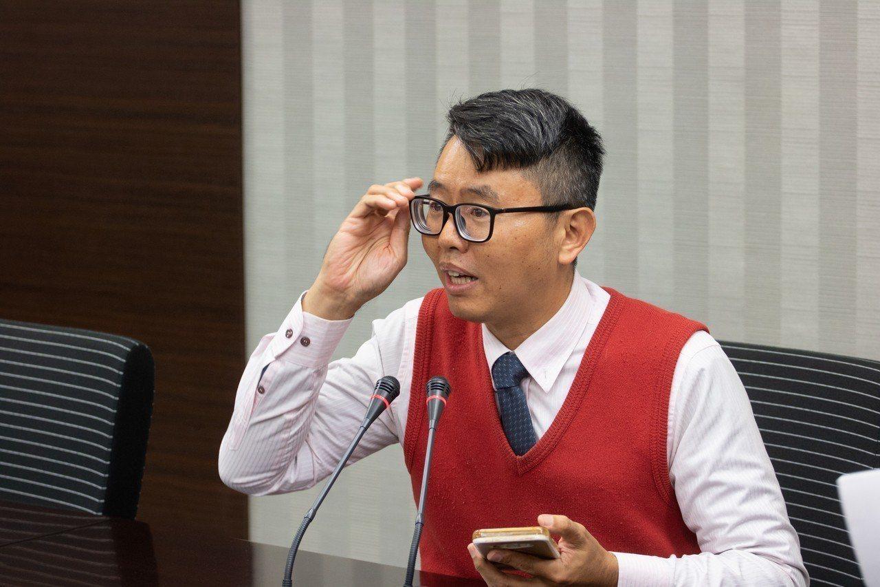 徐立信說,陳情人A女在本月23日便接獲不明人士主動聯繫,稱有近200人的越南觀光...