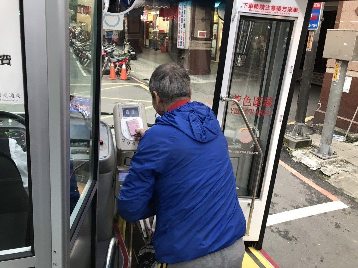 雙北市公車擬明年七月起實施公車上下車刷卡。圖/新北市交通局提供