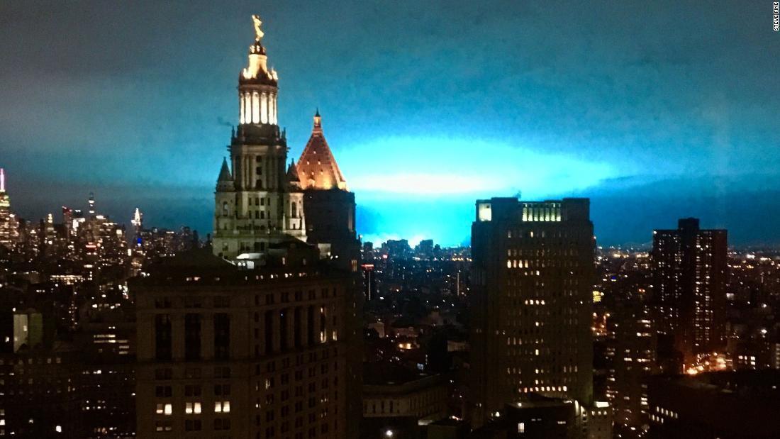 美國紐約市皇后區一座變電所27日晚間發生爆炸,亮藍色的火光照亮夜空的景象,讓當地...
