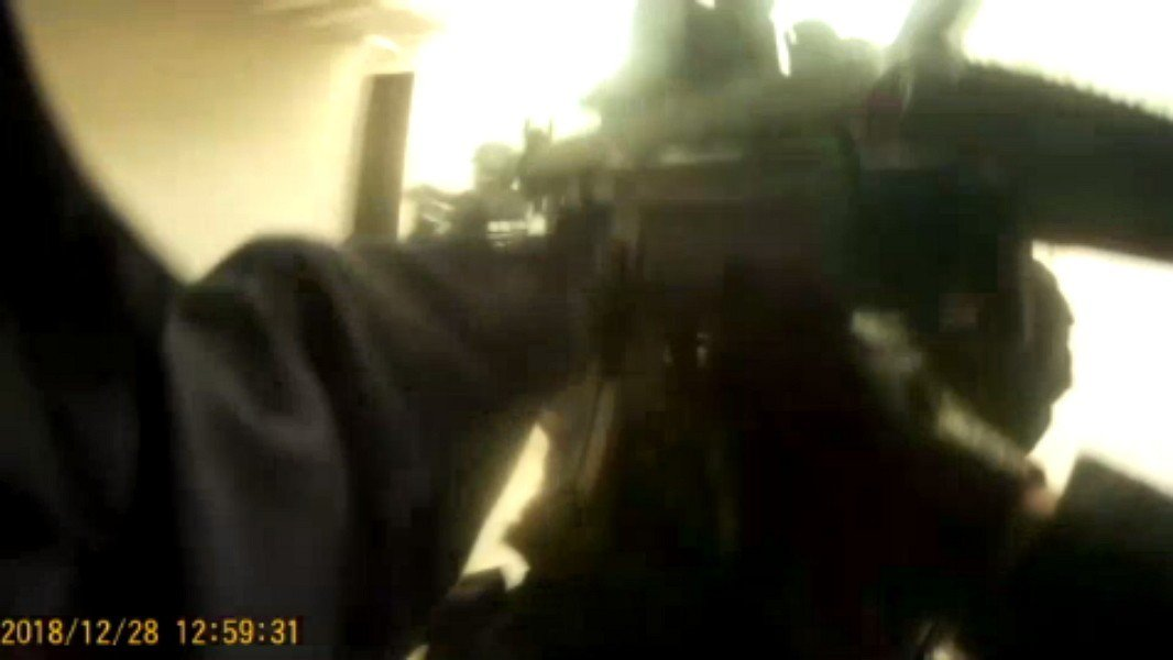 新北市刑大偵四隊昨晚接獲線報,持槍拒捕脫逃的高男,躲藏在桃園市中壢區友人住處,今...