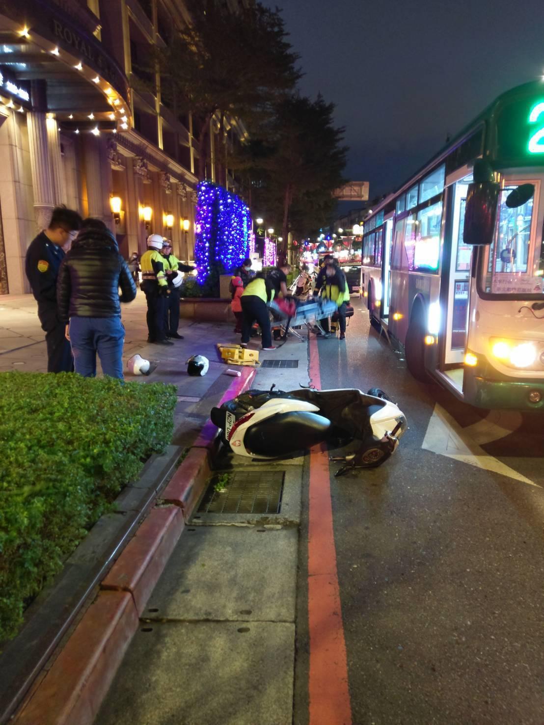 新北市板橋區漢生東路今天傍晚發生一對母女下公車時,遭後方機車撞上,一度在公車底下...