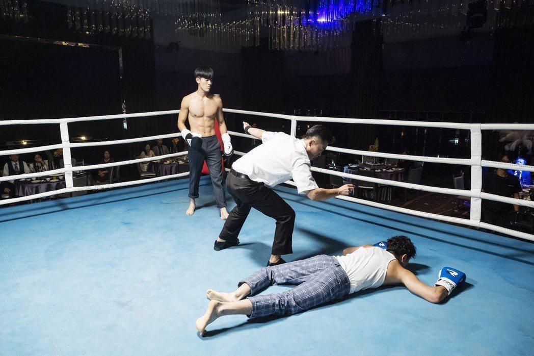張軒睿(右)與吳承洋(左)在賀歲片「大三元」中有一場拳擊戲,兩人皆積極健身練出肌...
