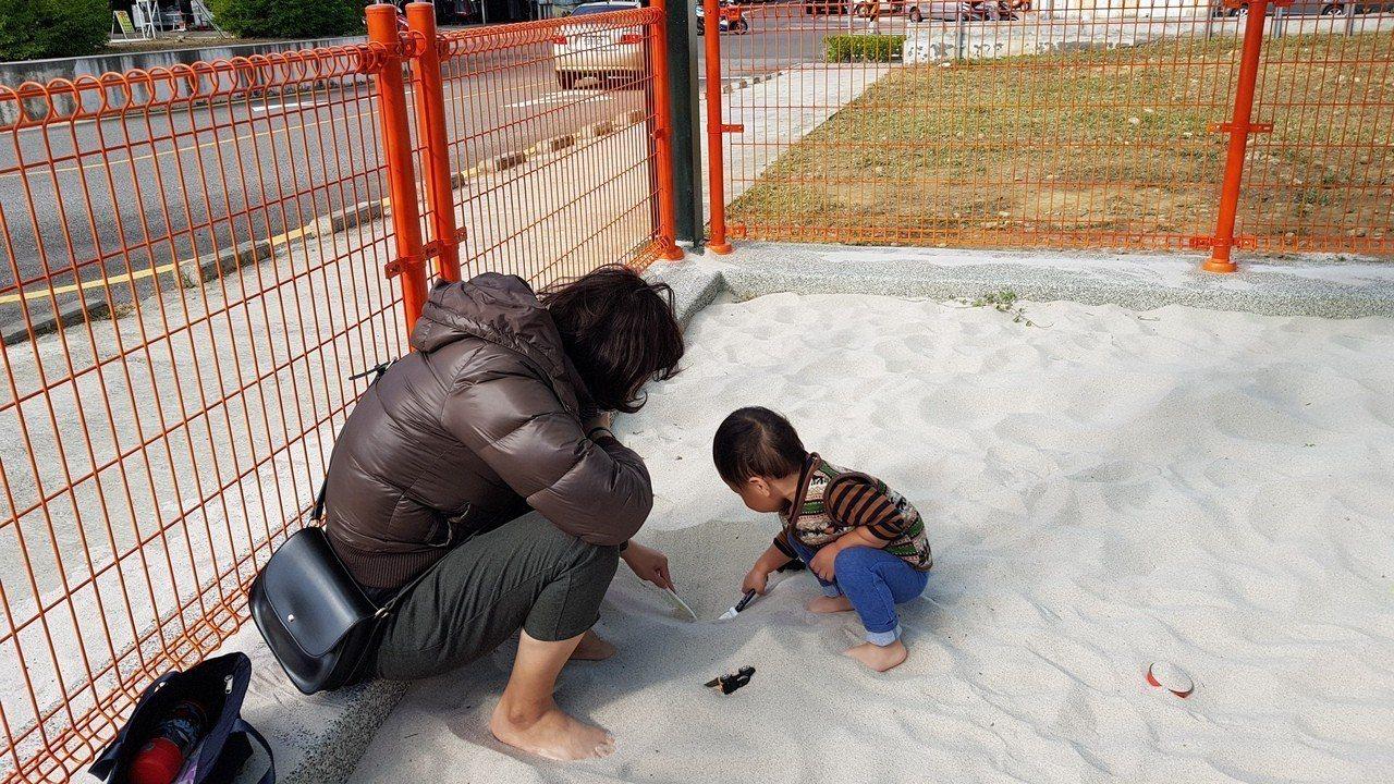 苗栗市公所在苗農舊校區停車場旁設置沙坑,四周以鐵欄圍住,並禁止寵物入內,維持沙坑...