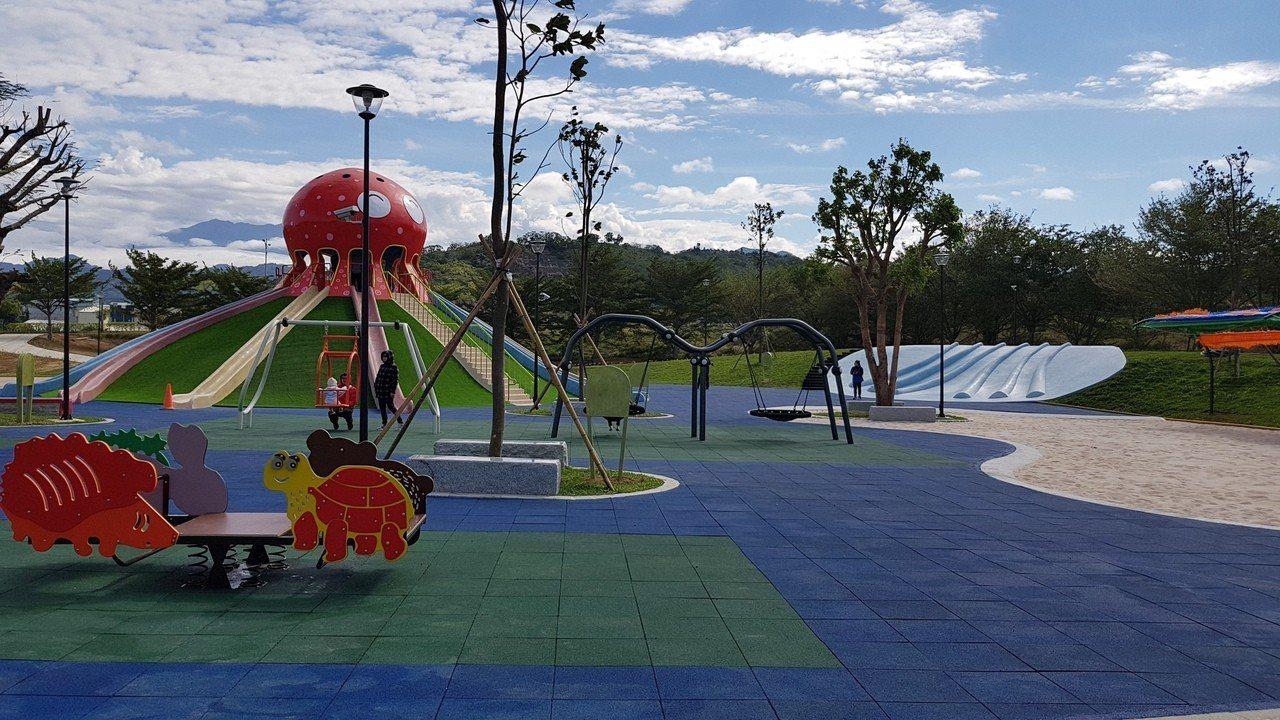 貓裏喵親子公園的沙坑等遊樂設施都是為親子設計,為維護環境衛生,苗栗縣府呼籲大家勿...