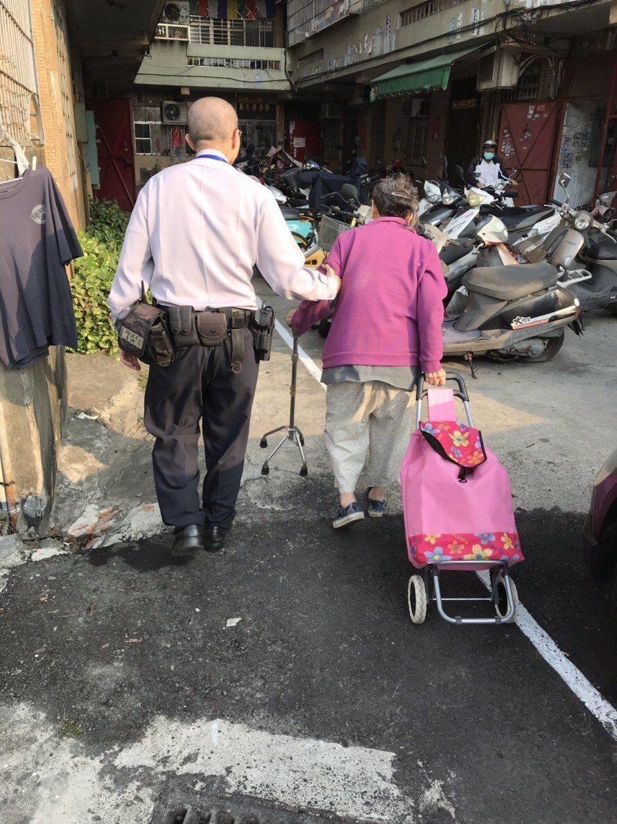 高市鳳山警分局鳳崗所員警李權峰護送老婦人返家。記者劉星君/翻攝