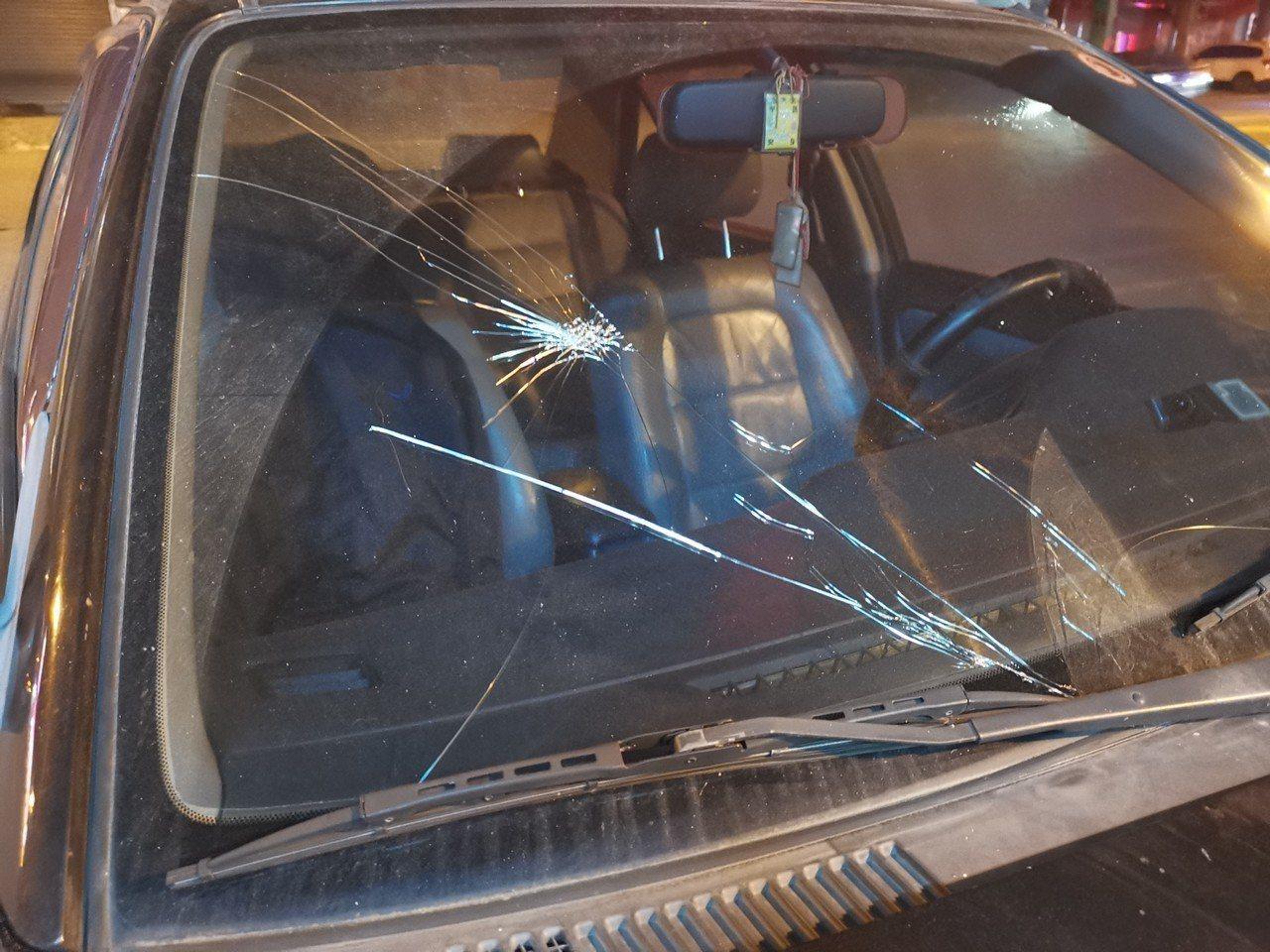 肇事車輛的擋風玻璃留下撞擊當下的痕跡。記者巫鴻瑋/翻攝