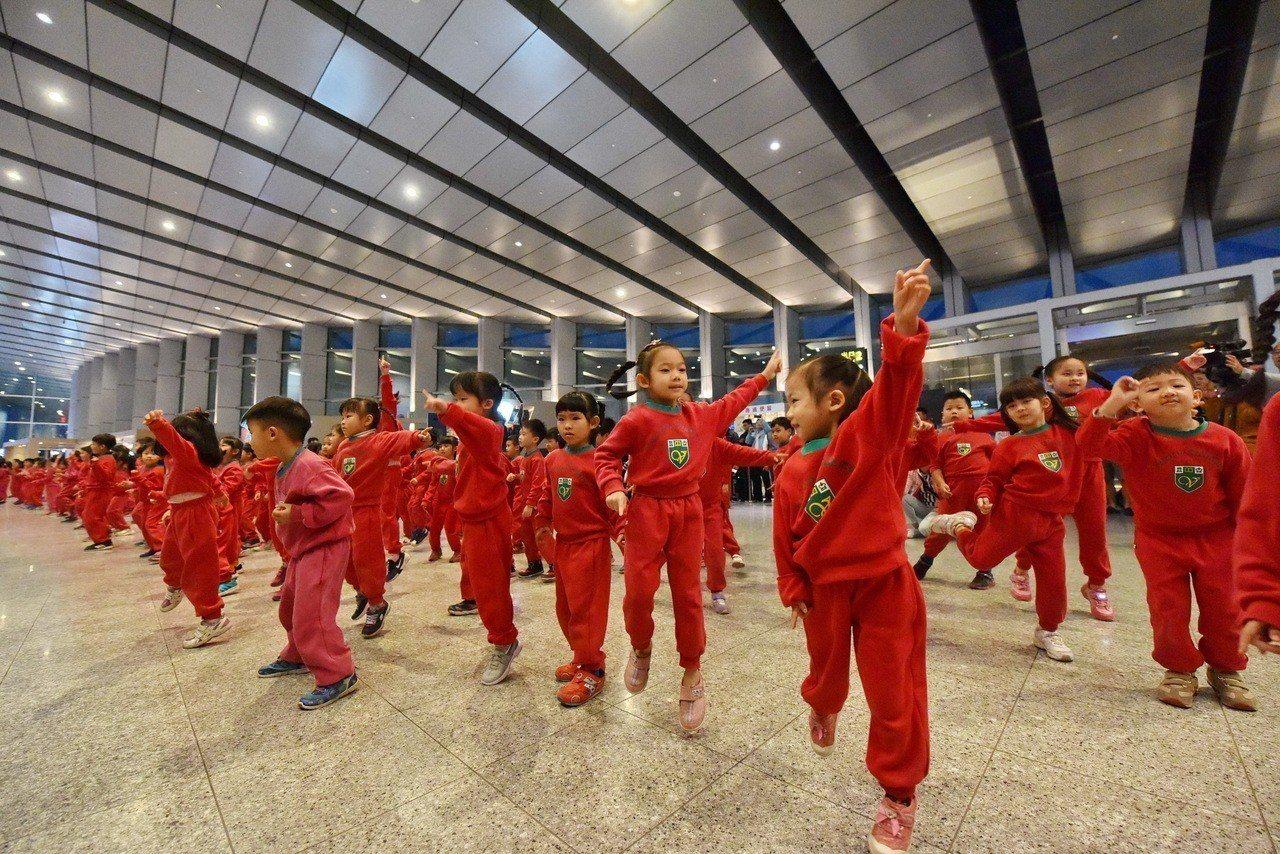 維多利亞學校超可愛的小小紅衫軍,今晚到高鐵雲林站快閃歌舞,帶給返鄉遊子歡樂喜氣。...
