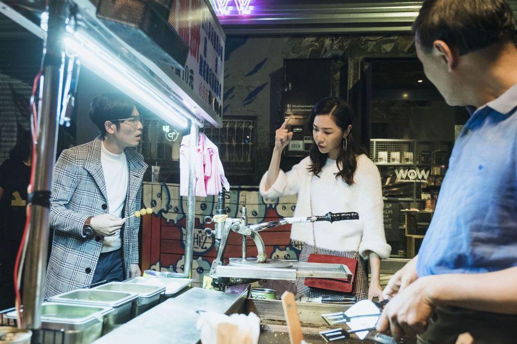 謝盈萱(右)在「魂囚西門」戲中被黑道男鬼附身,一秒變身嗆聲蕭敬騰。圖/公視提供