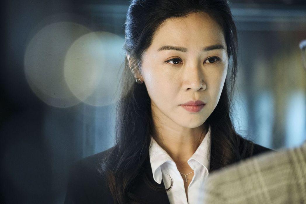 謝盈萱在「魂囚西門」戲中飾演被流氓鬼附身的珠寶店經理。圖/公視提供