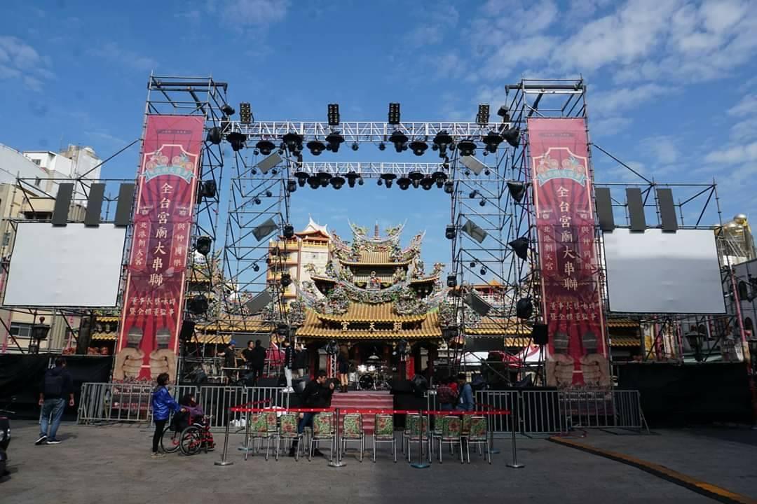 北港媽祖盃路跑即將登場,廟前已搭好賽前一夜的舞台。記者蔡維斌/攝影