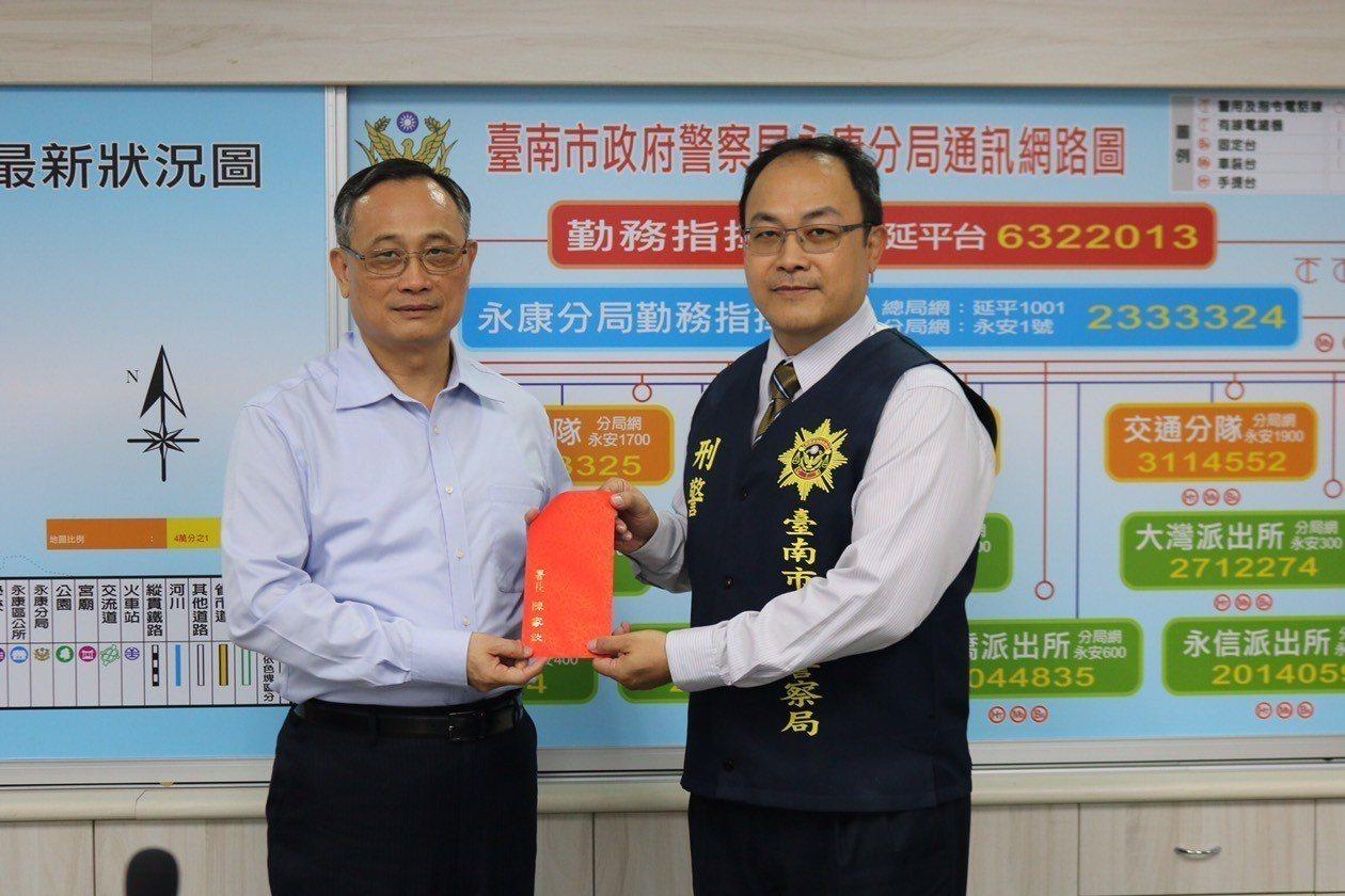 警政署長陳家欽專程到台南市與基層刑事員警座談,發加菜金給偵查隊。圖/警方提供