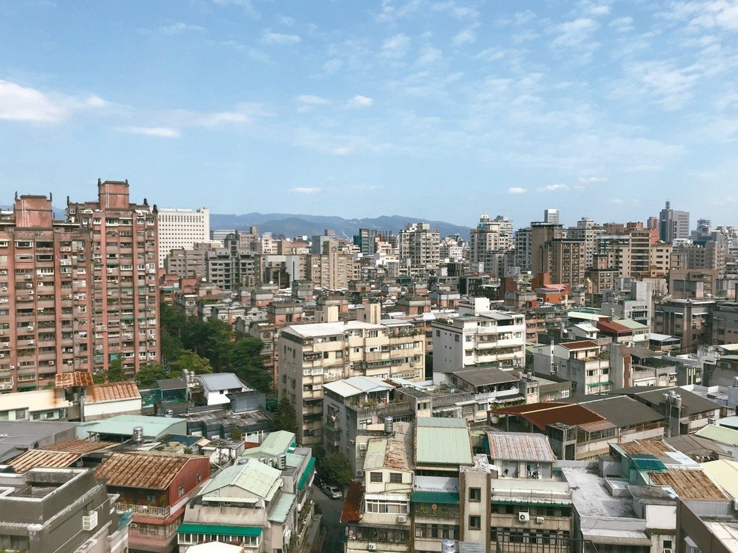 內政部次長花敬群指出,在都市更新部分,就營造費用總產值及案件數推估,保守估計每年...