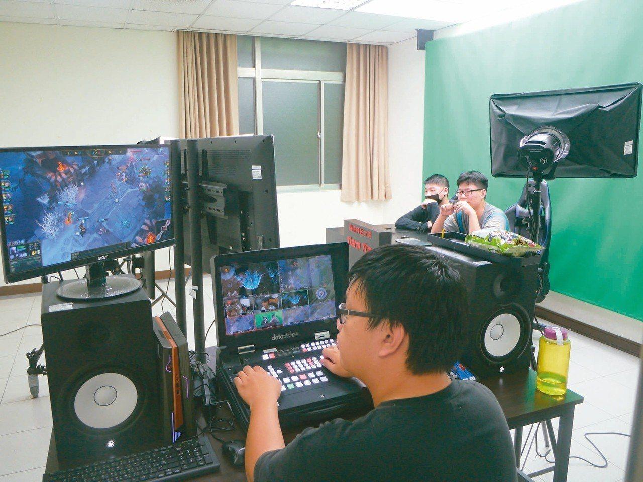「主播導播館」內有小型工作室,每組學生可在專屬空間內學習當導播與主播。 記者徐白...
