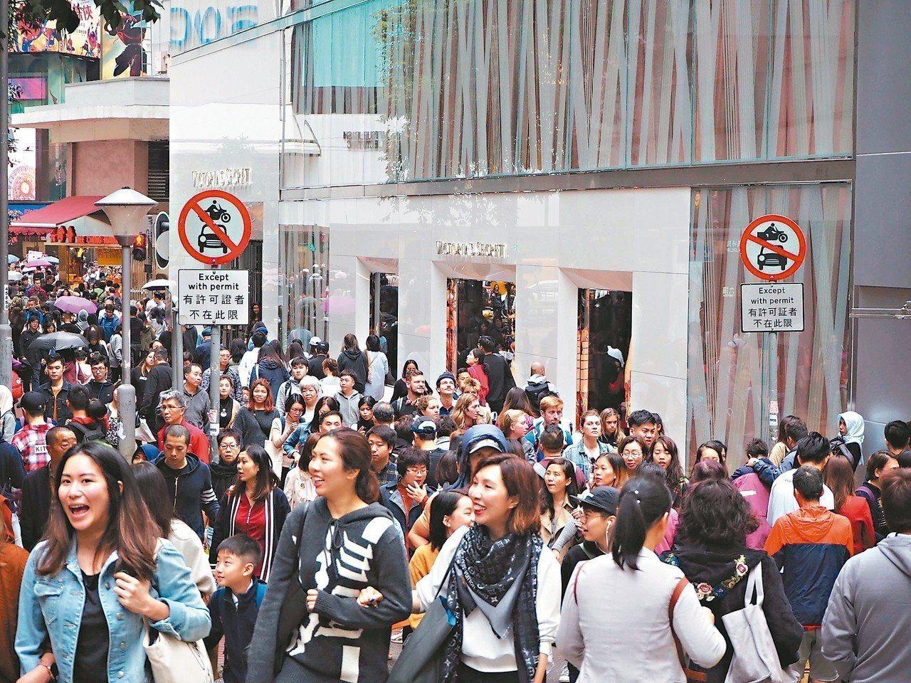 港人對中國人身分認同 創四年以來新低。圖為銅鑼灣繁華商圈熙熙攘攘的人群。 (中通...