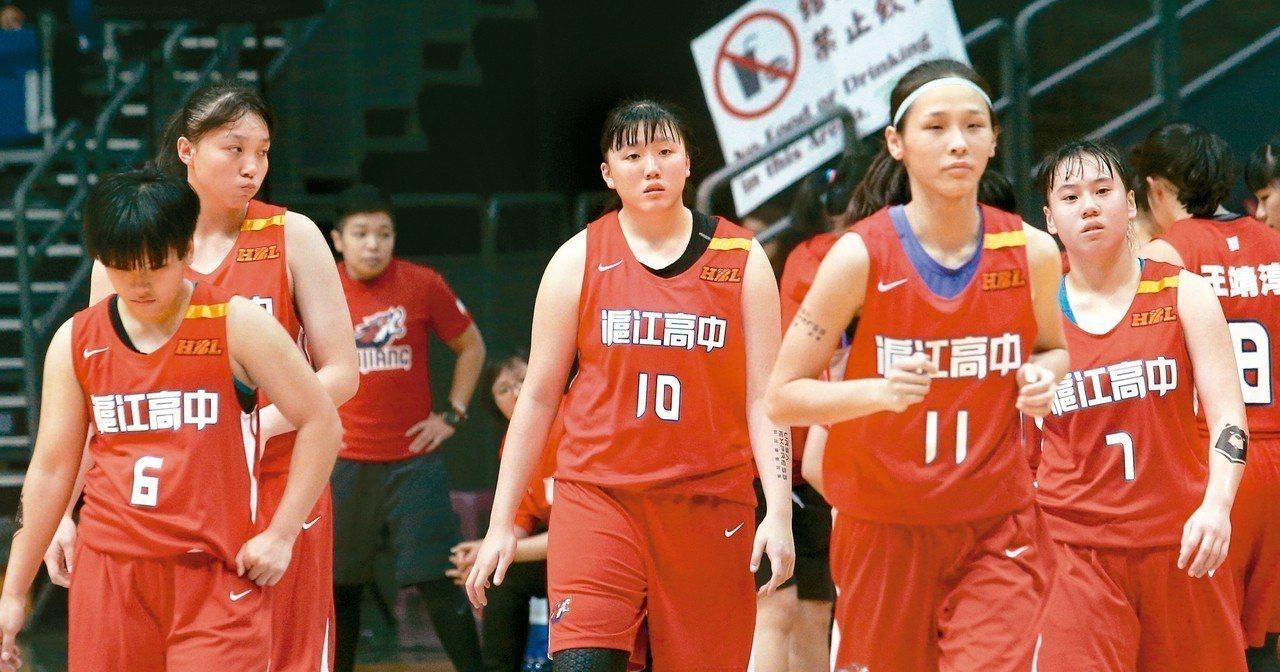 滬江高中左肩綁上黃絲帶。 記者劉學聖/攝影