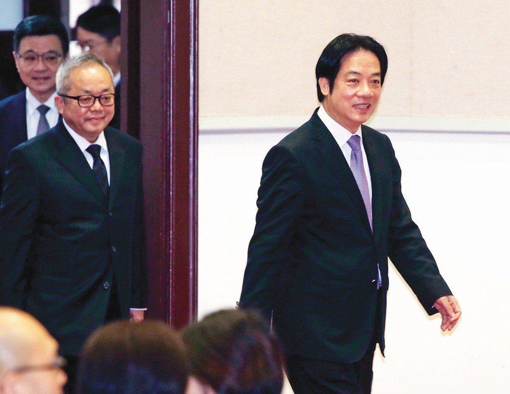 行政院長賴清德(右)昨率副院長施俊吉(左二)、秘書長卓榮泰(左一)在行政院舉行年...