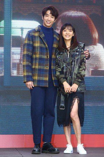 「比悲傷更悲傷的故事」是今年台灣電影賣座冠軍,29日下午舉辦感恩記者會,這是一部神奇的電影,男主角劉以豪只在上映前出現一次,女主角陳意涵則從未現身,沒想到票房竟然突破2.2億。劉以豪、陳意涵及全體演...