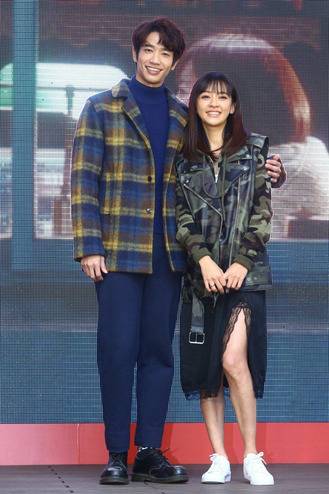 劉以豪(左)與陳意涵(右)下午出席《比悲傷更悲傷的故事》台灣電影票房冠軍記者會。...