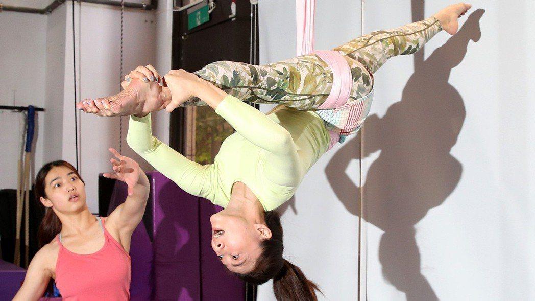 侯怡君為了除夕特別節目,特別練習「舞綢 Aerial Hammock」空中舞蹈。