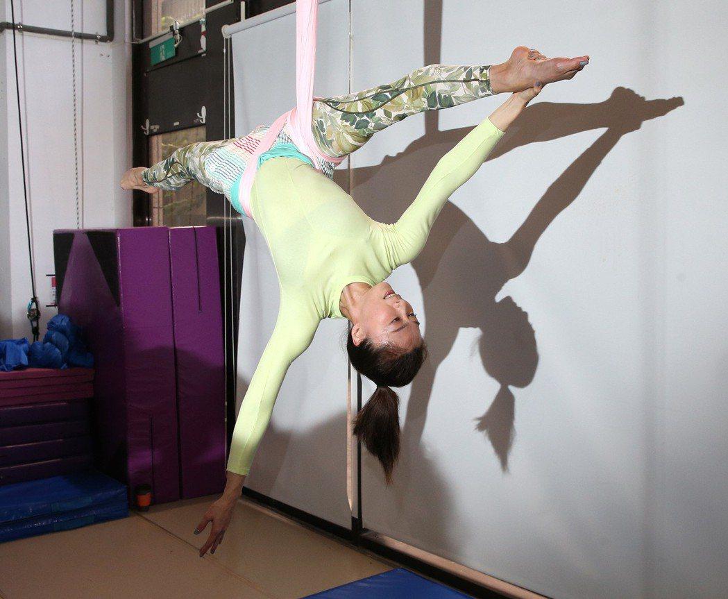 侯怡君為了除夕特別節目,特別練習「舞綢 Aerial Hammock」空中舞蹈。...