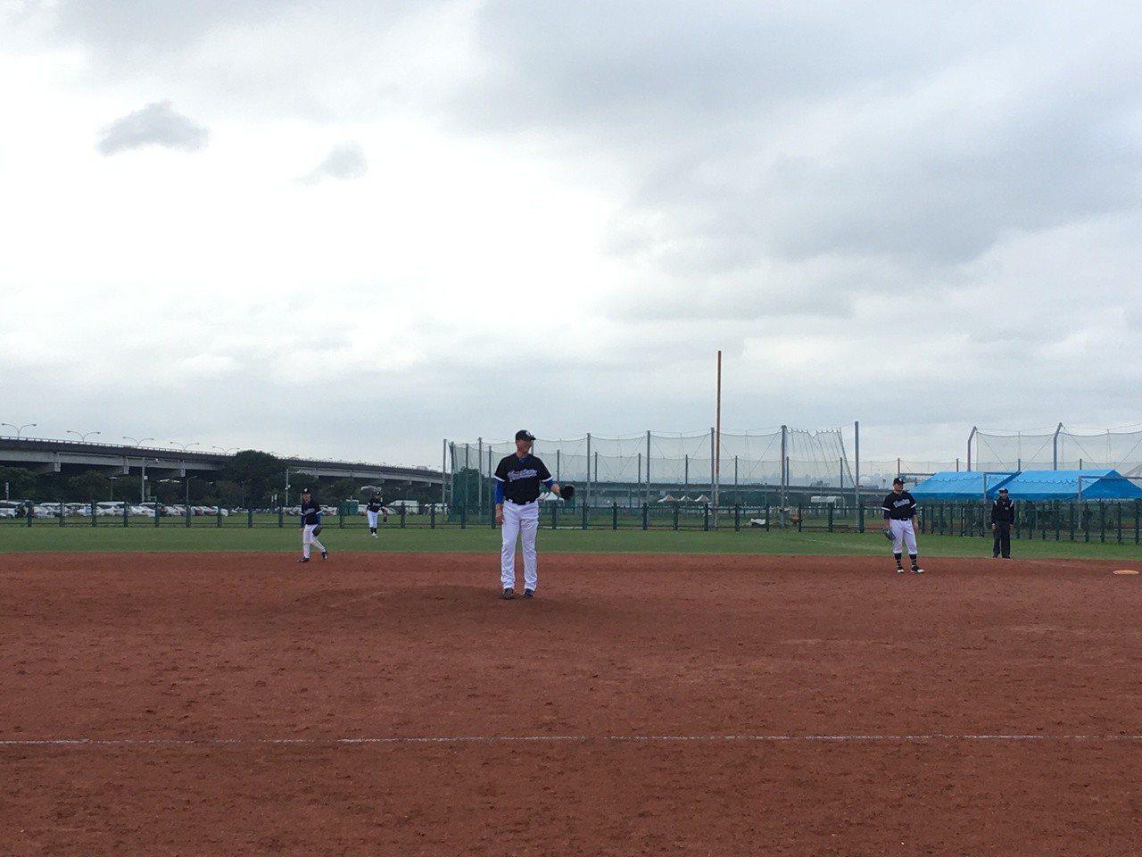 王建民在新聞盃棒球賽登板。記者葉姵妤/攝影