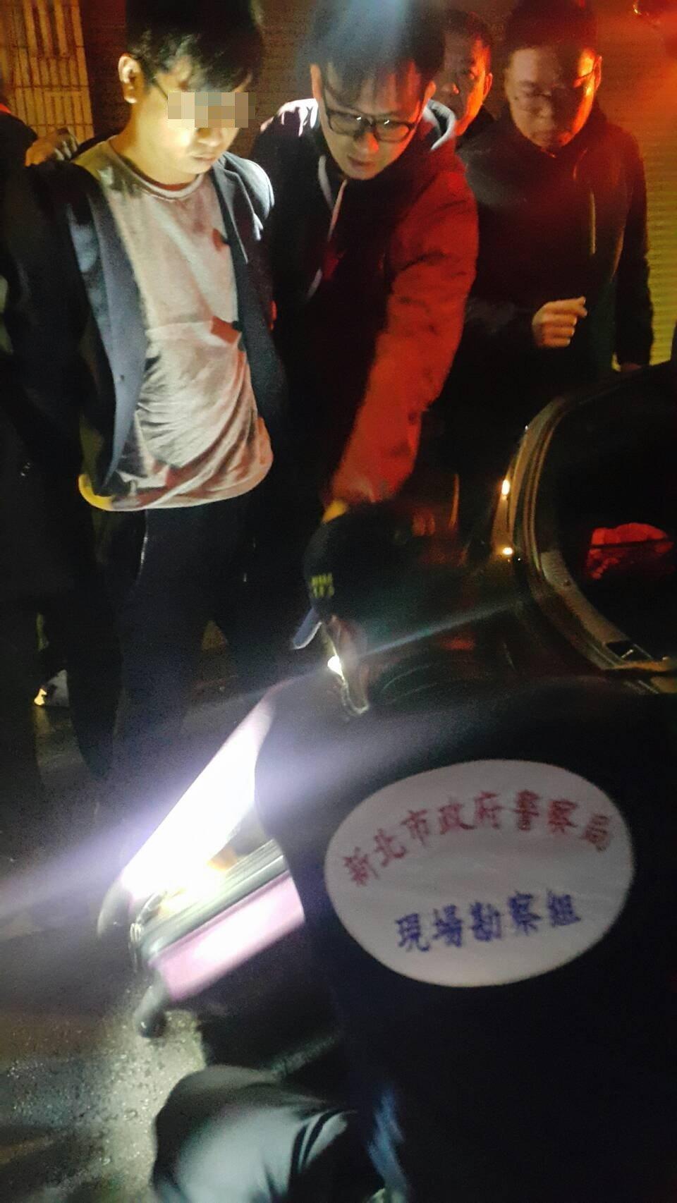 涉嫌行搶陽信銀行的游姓男子(左)晚間落網。記者王長鼎/攝影