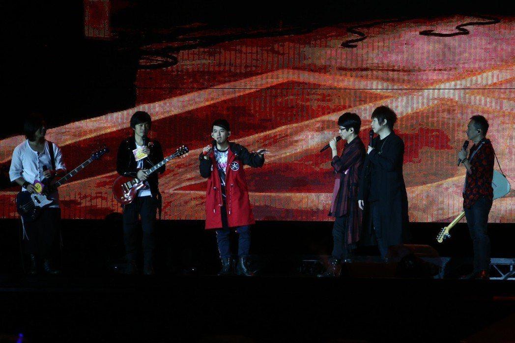 五月天演唱會特別來賓黃子佼(左三)。記者黃仲裕/攝影