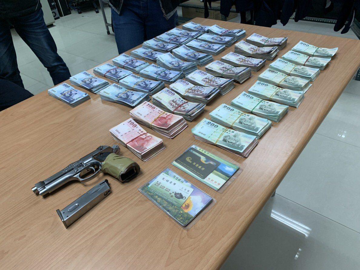 警方起獲的陽信銀行搶案剩餘贓款與犯案的玩具槍。圖/警方提供