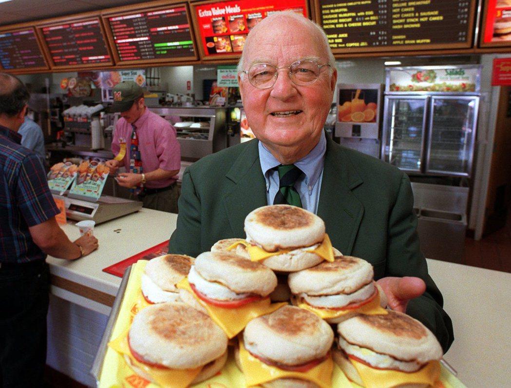 1997年,滿福堡發明人彼得森在麥當勞加州聖塔芭芭拉分店展示滿福堡。 (美聯社)