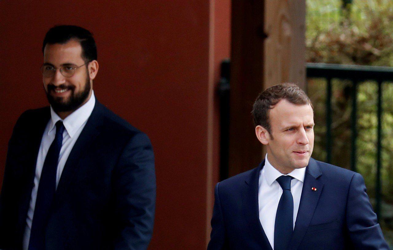 法國總統府侍衛長貝納拉(左)被革職前,經常跟著總統馬克宏(右)跑行程。法新社
