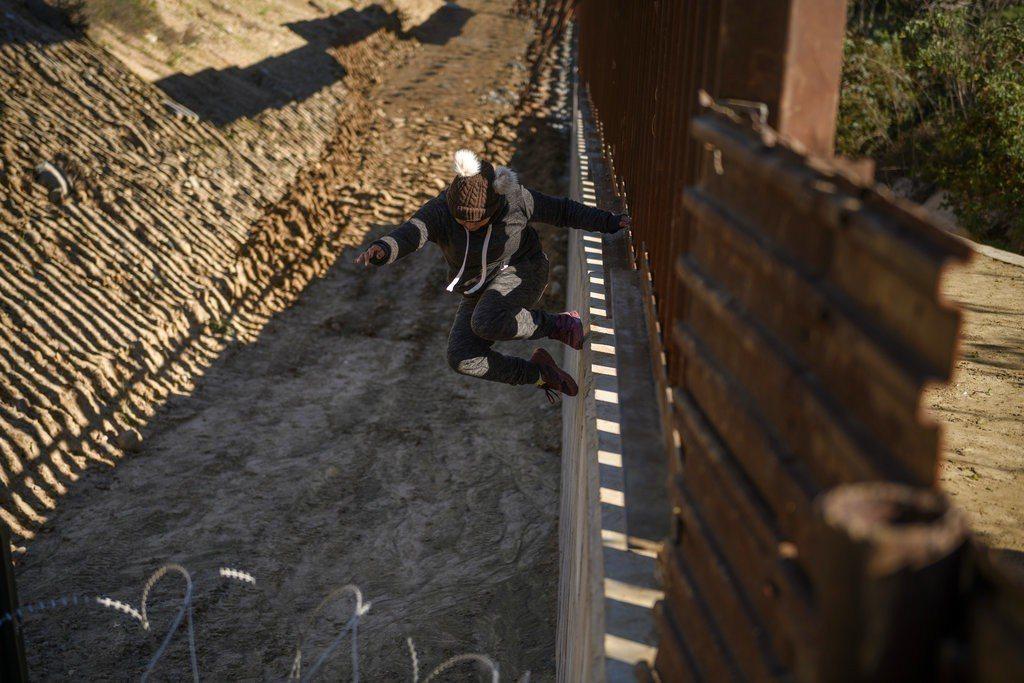 聯邦政府已因邊界築牆經費之爭關閉七天,而川普總統和民主黨國會議員雙方的態度都沒有...