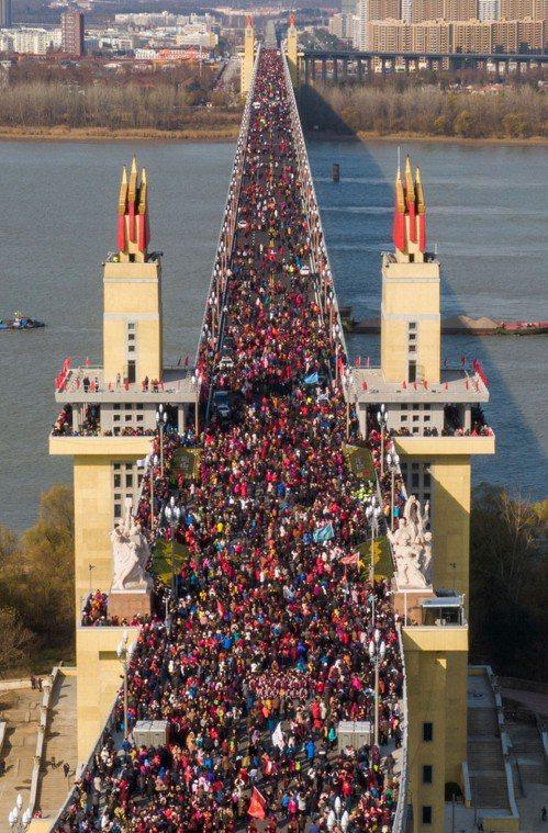 民眾走上南京長江大橋「辭舊迎新」,場面壯觀。 中國新聞社
