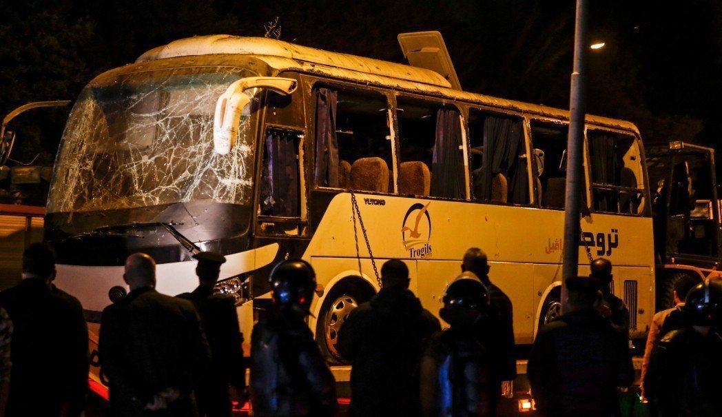 開羅今天有一輛巴士在駛近吉薩(Giza)金字塔時,遭遇路邊不遠處的一枚炸彈爆炸,...