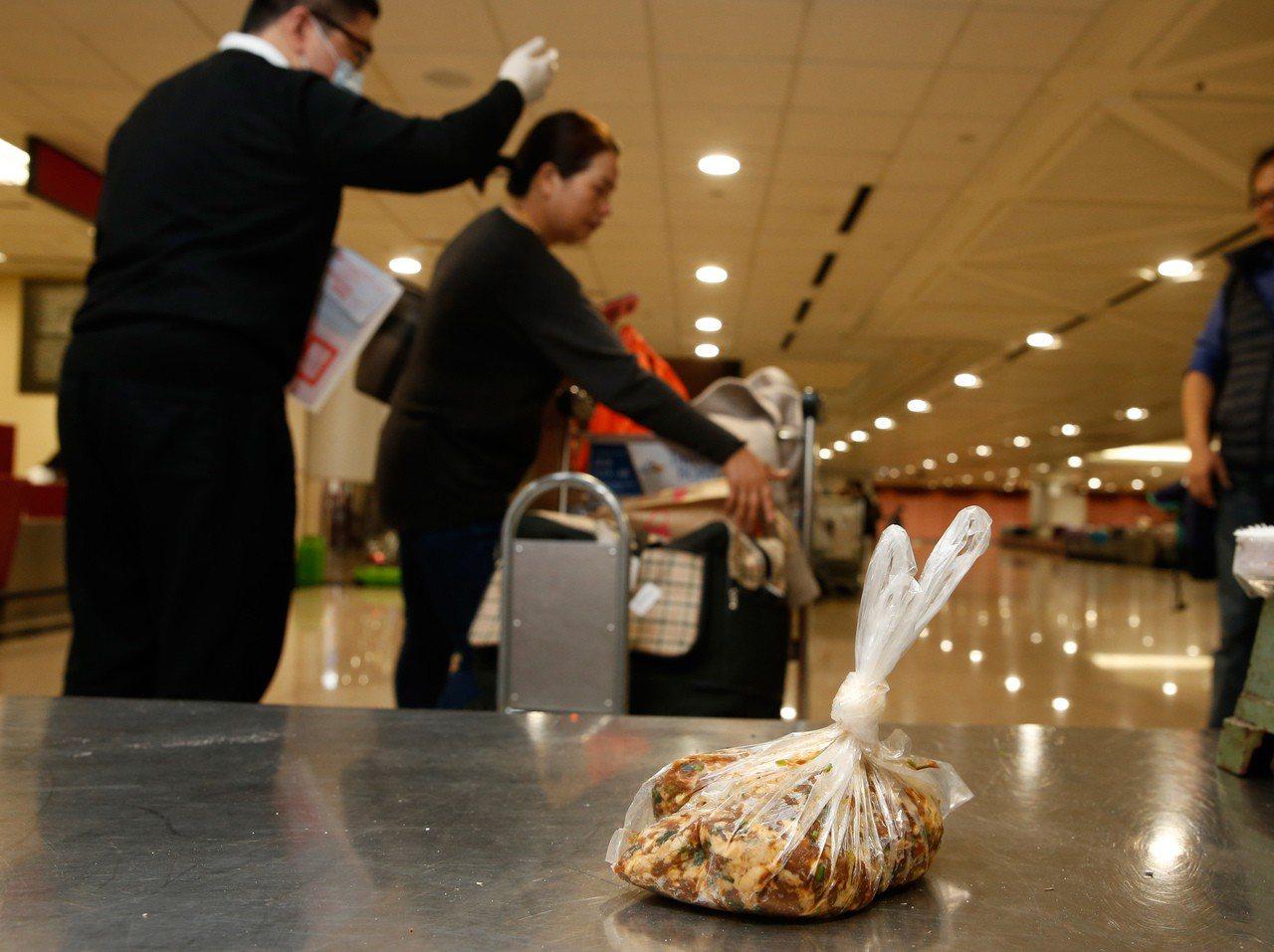 遏止旅客違規攜帶肉製產品入境,農委會祭出重罰,但桃園機場幾乎每天都有旅客違規受罰...
