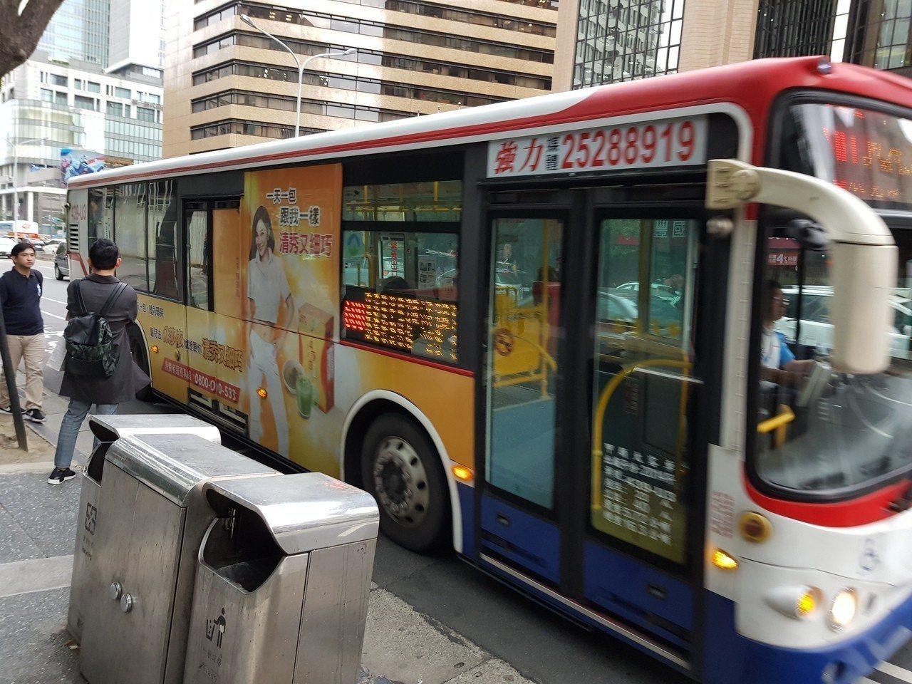 雙北明年7月將推行公車上下車刷卡,北市公運處長常華珍指出,主要是將一段票統一成上...