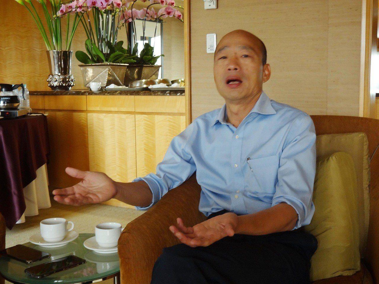 高雄市長韓國瑜25日上任,日前在愛河畔國賓飯店接受中央社專訪,俯看愛河景緻表示,...