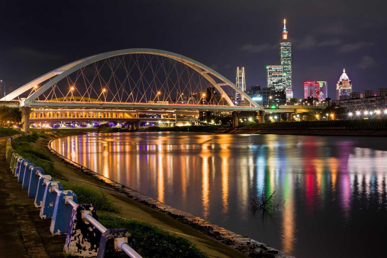 台北101跨年煙火燈光秀,今年首創1.6萬發煙火結合LED燈網及特製音樂,想要直...