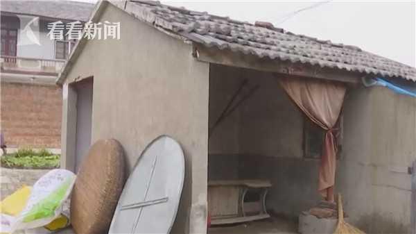王男嫌86歲老母囉嗦,竟安排媽媽睡在豬舍。 圖/翻攝自看看新聞