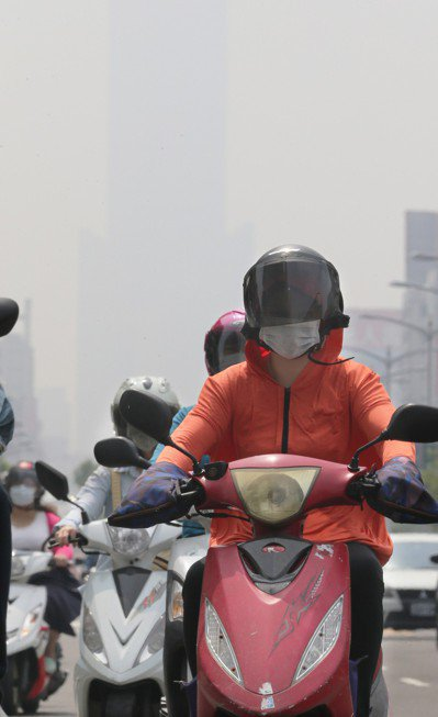 北市最大的空汙來源是機車排放廢氣。 圖/聯合報系資料照片