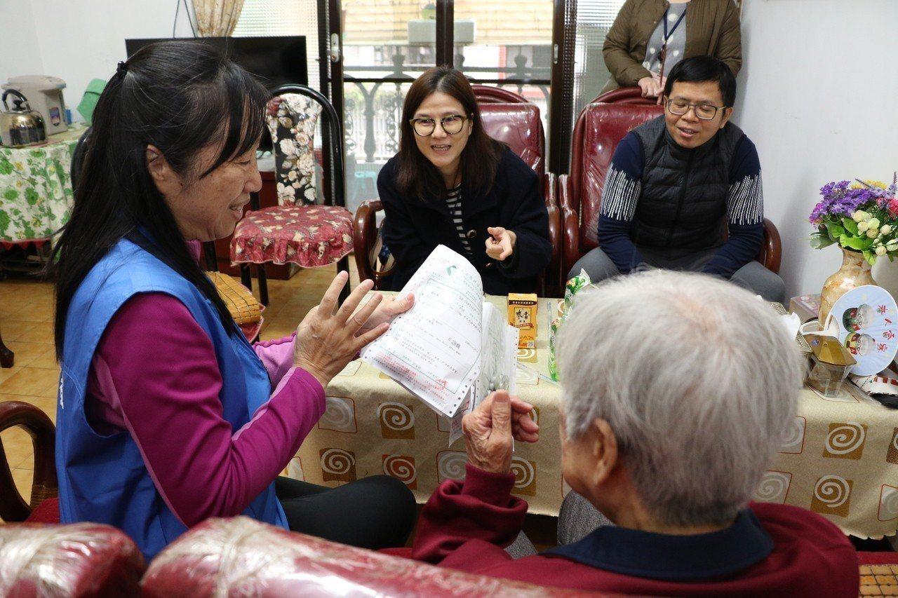 語翻譯李老師透過手語,告訴翁奶奶藥物的服用時間。圖/新北社會局提供