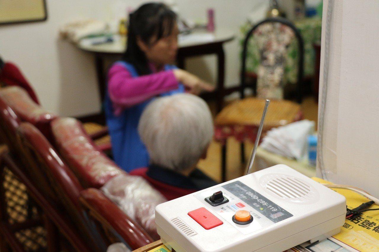 翁奶奶家中裝有緊急救援系統,遇有緊急狀況可按鈕向外求援。圖/新北社會局提供