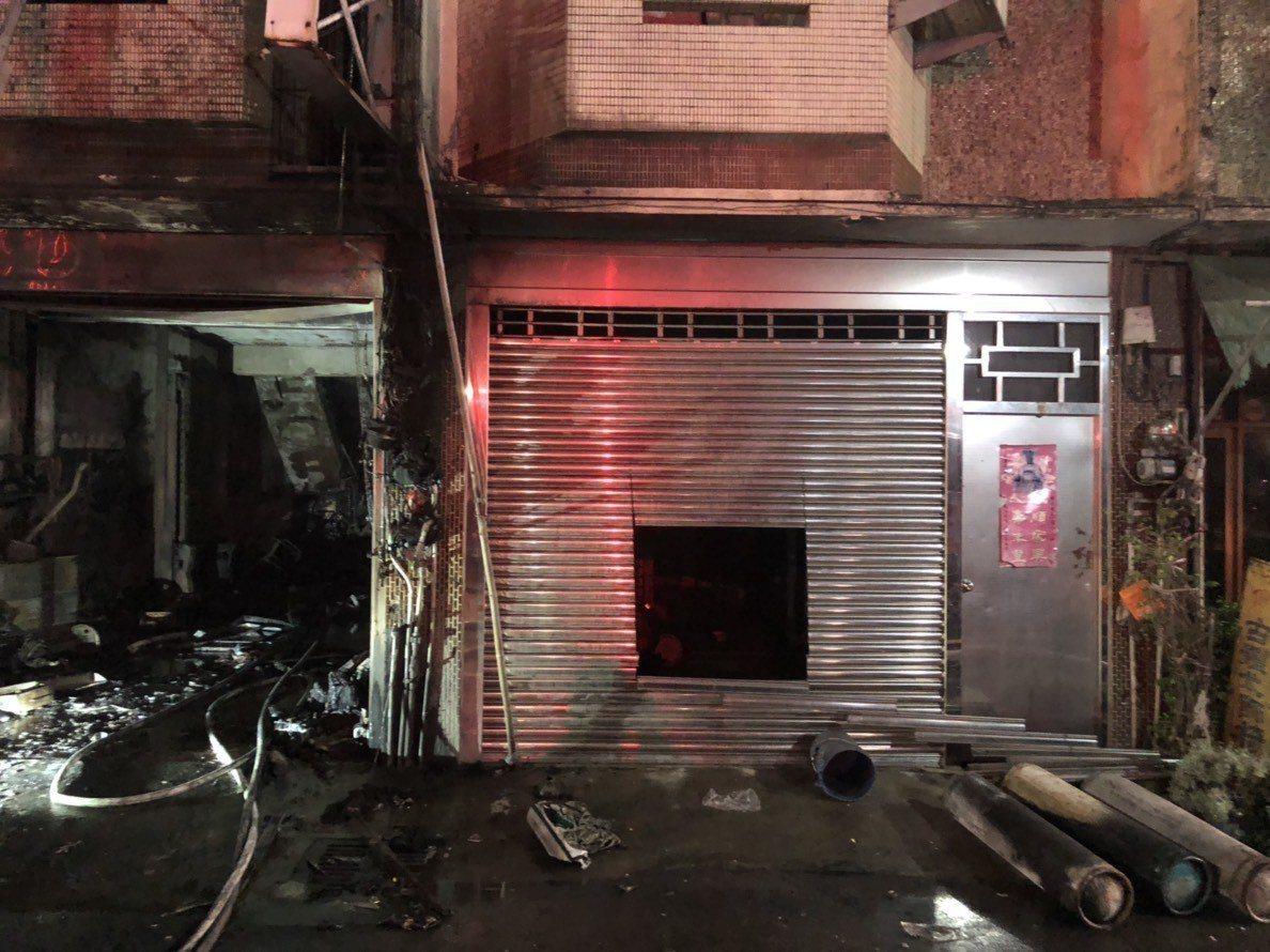 彰化縣福興鄉彰鹿路6段1棟住宅,今天凌晨發生火警,一樓堆置大量雜物,而隔鄰因住警...
