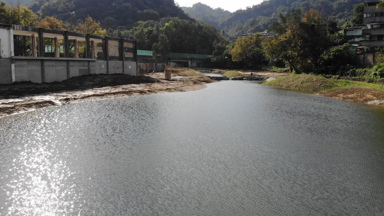 生態池引進豹山溪及無名溪兩條溪流水源,呈現波光粼粼美景。圖/大地處提供