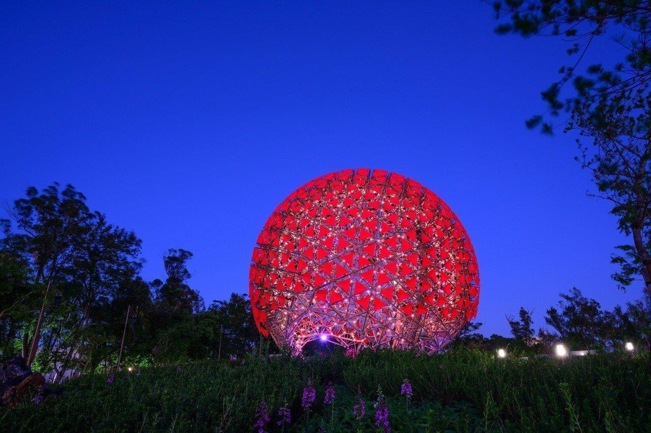 后里森林園區內有座高達14公尺的大型藝術裝置「聆聽花開的聲音」,697朵花堆成地...