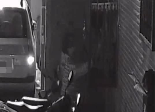 台中市洪姓男子27日晚間在逢甲商圈行竊一條女用內褲,因被監視器拍下後,隨即遭警方...